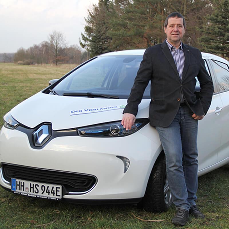 Bergedorfer Bautage die Vierländer Gebäudeenergieberater Harald Scheer vor einem Auto